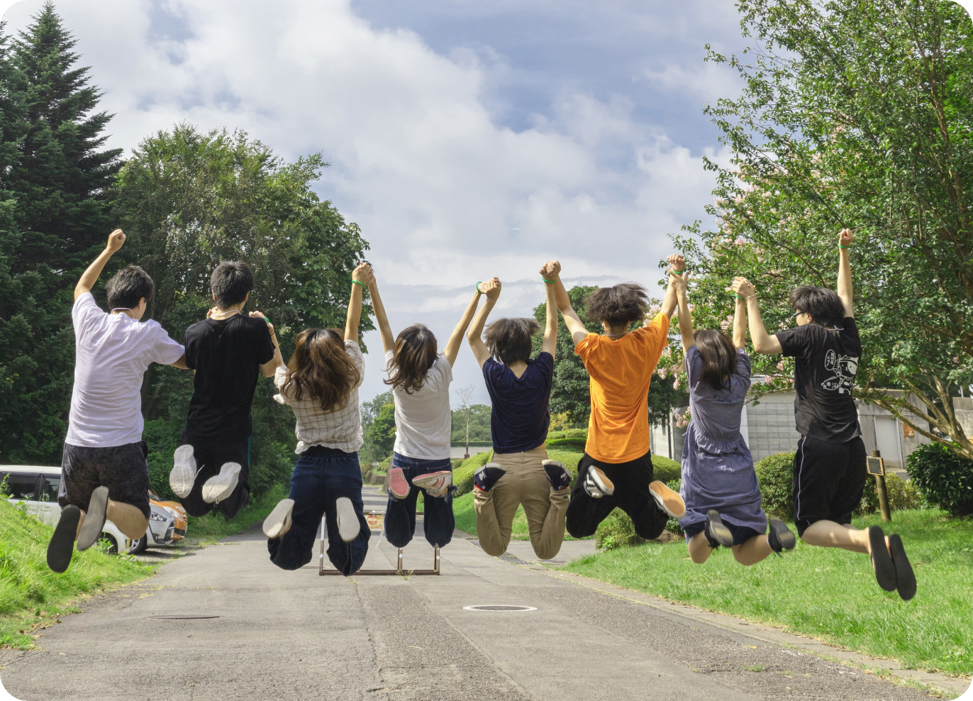 明日へと飛び跳ねる若者たち